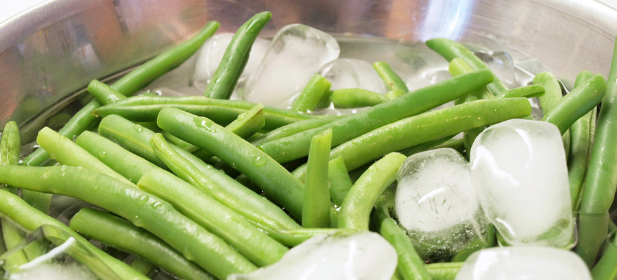 Cooling the green beans in ice
